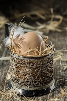 Oeufs de ferme frais. oeuf de pâques avec la notion de plume.