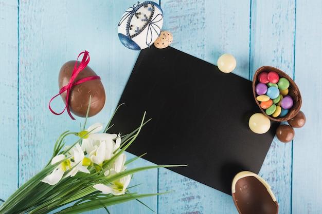 Oeufs et fleurs avec carte noire