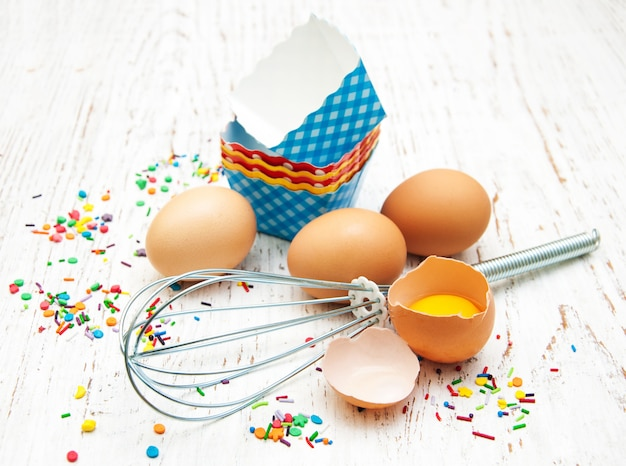 Œufs, fouet et doublures de cupcakes