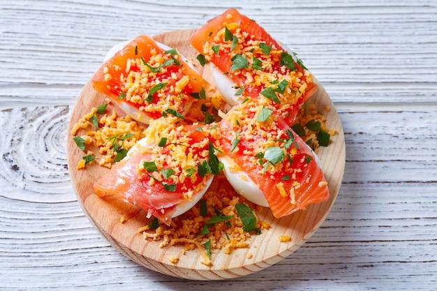 Œufs fourrés au pinchos tapa au saumon espagne