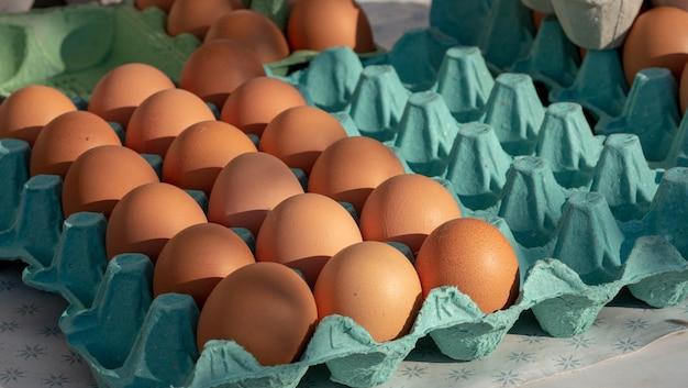 Œufs frais biologiques sur le marché