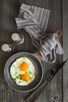 Œufs frits avec de la ciboulette verte hachée pour le petit déjeuner.