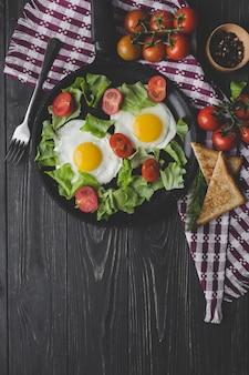 Oeufs frits et salade pour le petit déjeuner