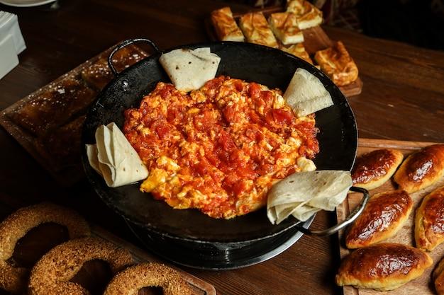 Œufs frits à la tomate et au lavash