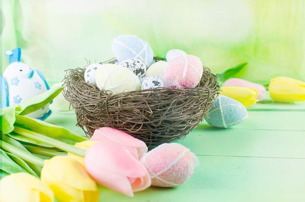 Oeufs de jouets décoratifs dans le nid