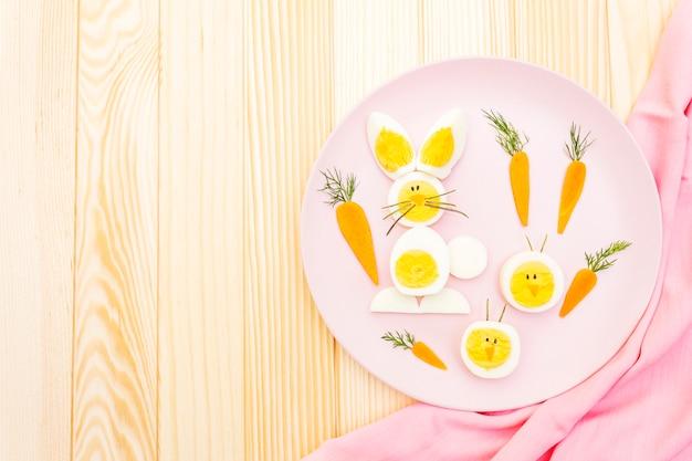 Oeufs de lapin de pâques et de poulet pour enfants avec carottes
