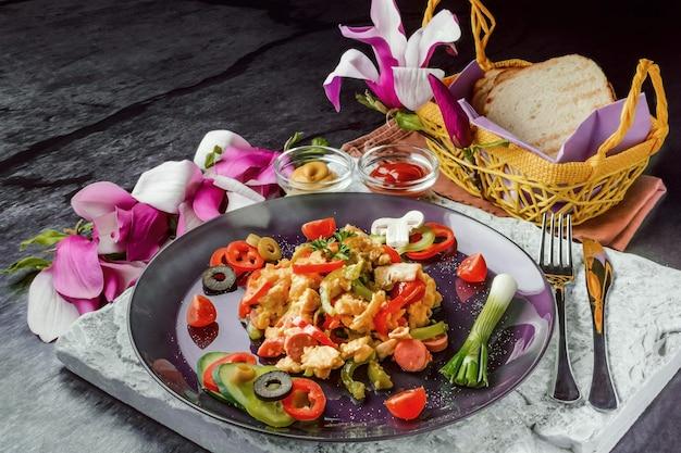 Oeufs avec légumes frais et saucisses