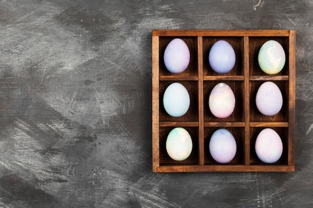 Oeufs multicolores pour pâques sur fond noir. vue de dessus, espace copie. contexte alimentaire