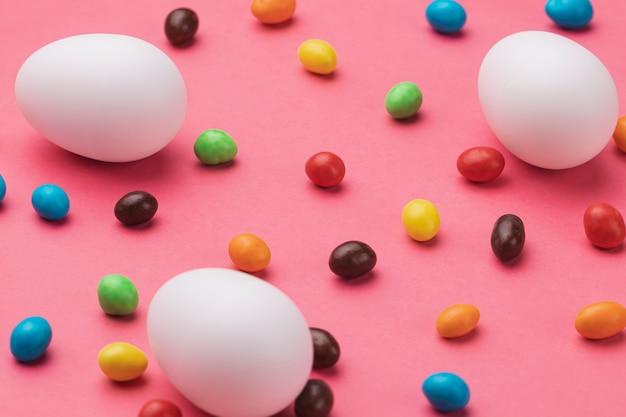 Oeufs avec des œufs en chocolat sur la table