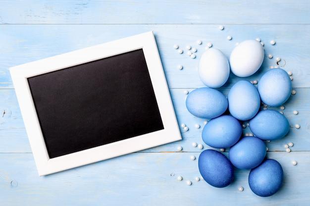 Oeufs ombre bleue comme concept de pâques 2020, espace copie