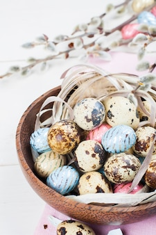 Oeufs de pâques au chocolat coloré dans un bol en bois