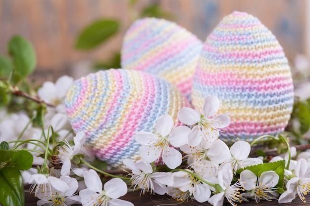 Oeufs de pâques au crochet. carte de printemps. concept de pâques. jouet tricoté, fait main, couture, amigurumi.