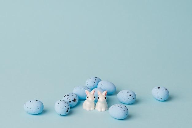 Oeufs de pâques bleu caille sur fond bleu. comcept minimal avec espace de copie. décor de vacances de printemps