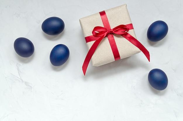 Oeufs de pâques bleu classique et tendance de la couleur d'origine