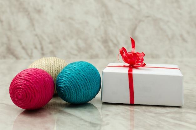 Oeufs de pâques et coffret cadeau sur table en marbre