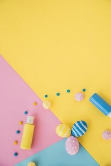 Oeufs de pâques avec colorant alimentaire et bonbons sur une table lumineuse