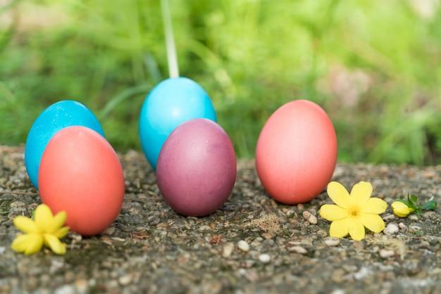 Oeufs de pâques colorés chassent fond de concept de pâques décorations de vacances