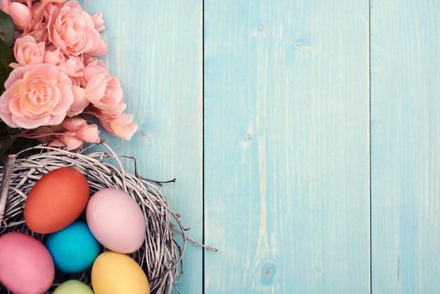 Oeufs de pâques colorés dans le nid