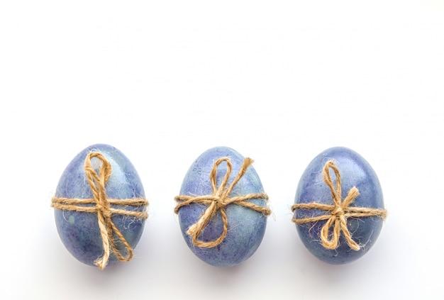 Oeufs de pâques colorés, décorés en bleu et bleu