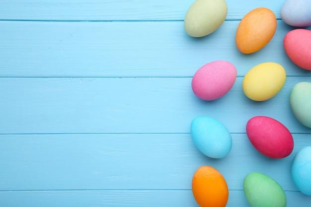 Oeufs de pâques colorés sur fond bleu