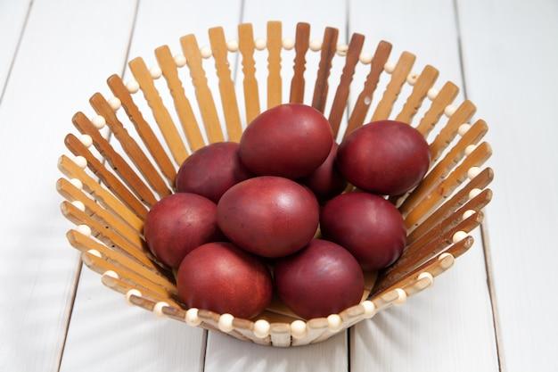 Oeufs de pâques colorés avec joyeuses pâques
