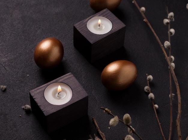 Oeufs de pâques à côté de bougies