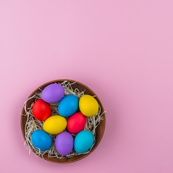 Oeufs de pâques dans bol sur table