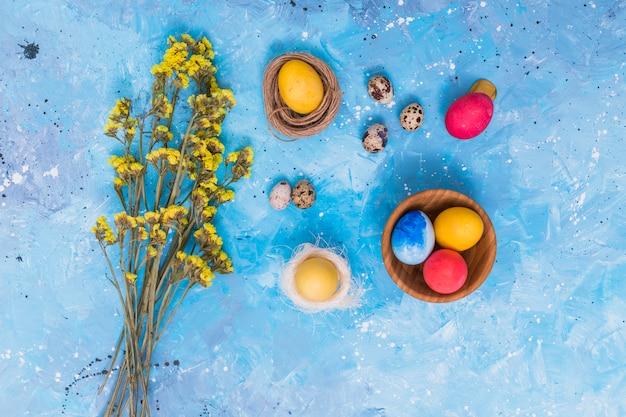 Oeufs de pâques dans des nids avec des fleurs