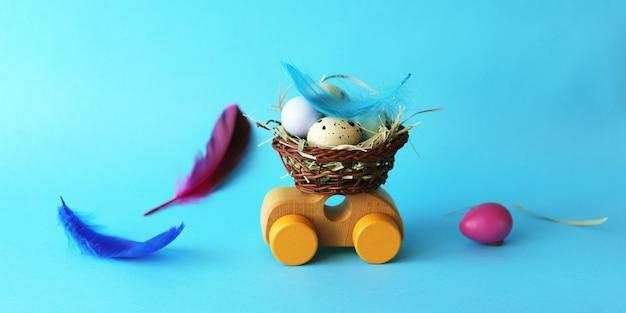 Oeufs de pâques dans un panier, décorations sur une petite voiture