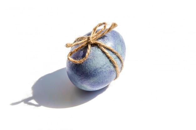 Oeufs de pâques décorés en couleurs gris et bleu