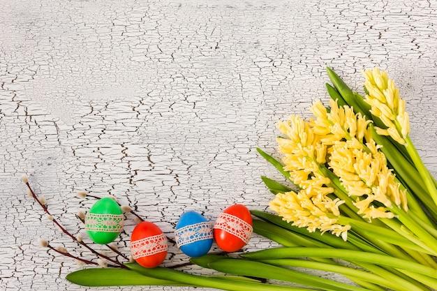 Oeufs de pâques décorés de dentelle et de jacinthes