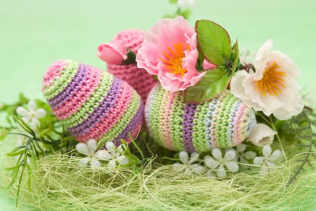 Œufs de pâques décorés, fleurs sur fond vert, faits à la main