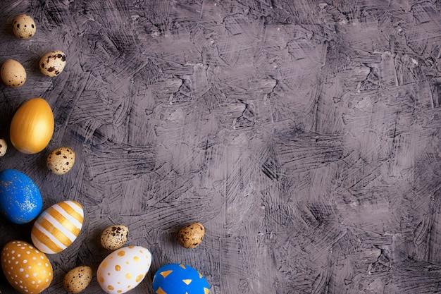 Oeufs de pâques dorés et blancs avec des œufs de caille