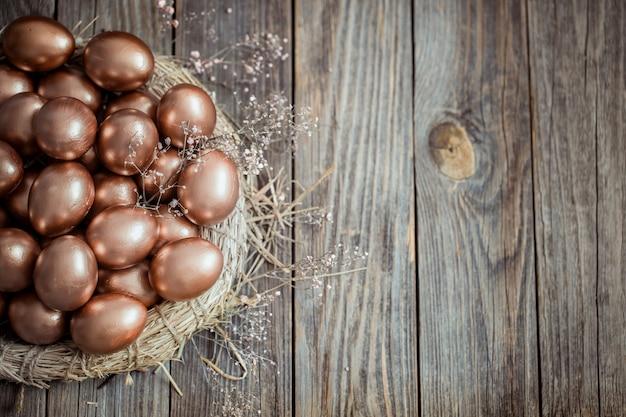 Oeufs de pâques dorés sur un nid