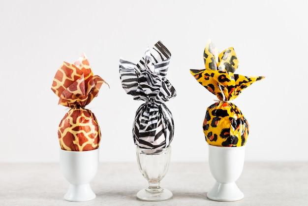 Oeufs de pâques emballés dans du papier imprimé animal