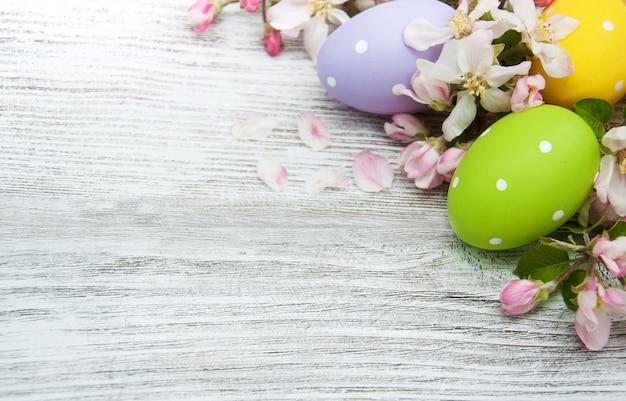 Oeufs de pâques avec fleur