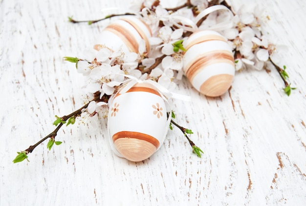 Œufs de pâques et fleurs de cerises