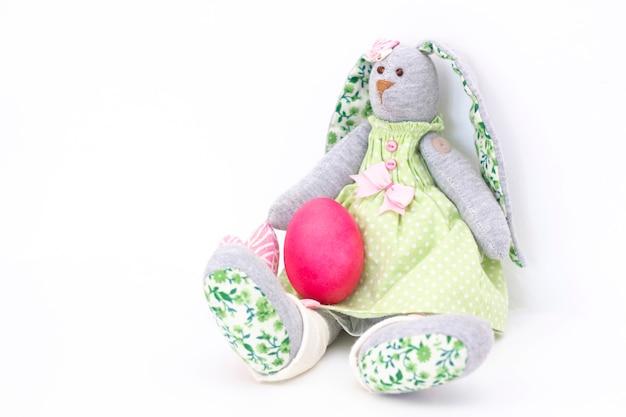 Oeufs de pâques lapins mignons. joyeuses pâques. oeufs peints sur fond clair.