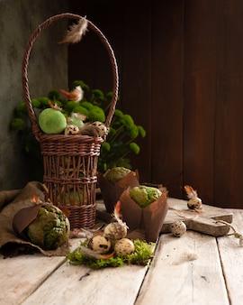 Oeufs de pâques et muffins à la pistache dans un design rustique traditionnel.
