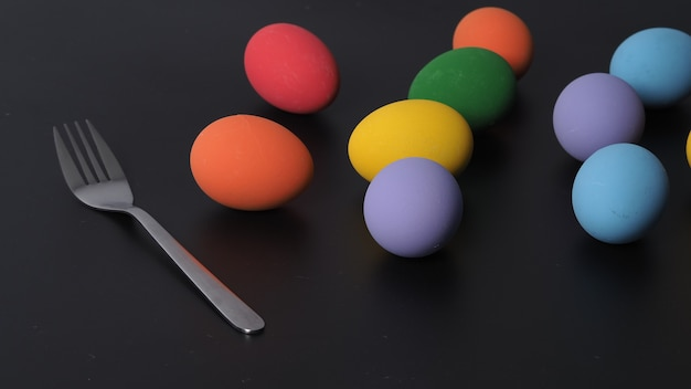 Oeufs de pâques ou oeuf de couleur. multicolore d'œufs de pâques sur fond en studio avec gros plan qui comprend de nombreuses couleurs telles que jaune, vert, bleu, violet, rouge sur les œufs du festival par la peinture d'art.
