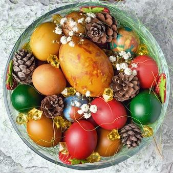 Œufs de pâques. oeufs de pâques colorés avec décoration.