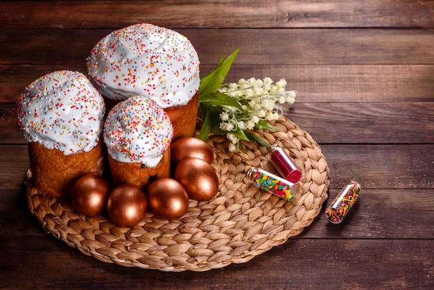 Oeufs de pâques or et bronze et gâteau de pâques.