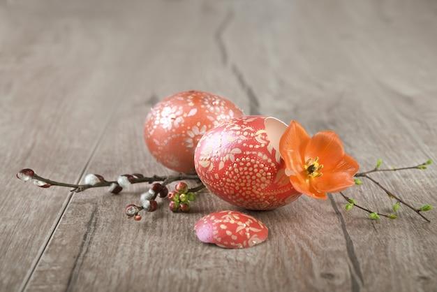 Oeufs de pâques orange peint orné sur table en bois, espace de texte