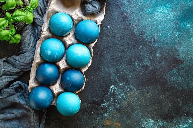 Oeufs de pâques peints en bleu traiter table de fête repas rustique