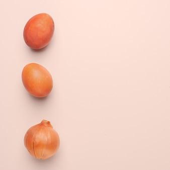 Oeufs de pâques peints avec un colorant naturel sur fond beige