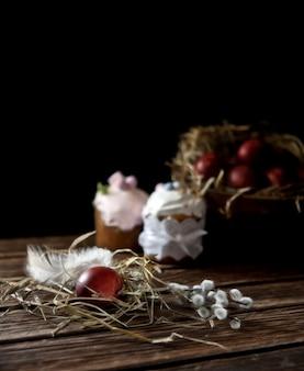 Oeufs de pâques peints, gâteaux de saule et de pâques. nature morte au style vintage. mise au point sélective, faible profondeur de champ