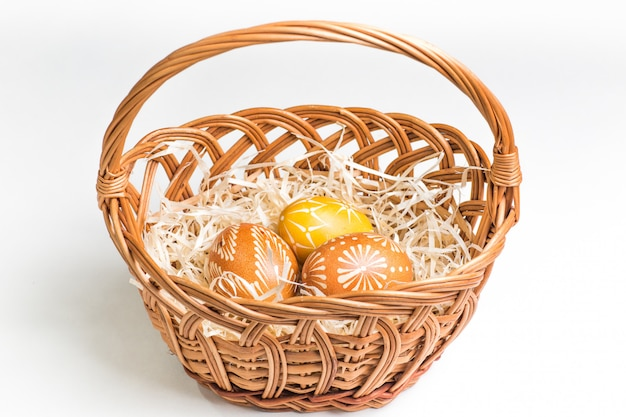Oeufs de pâques peints à la main sur blanc