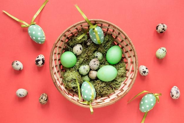 Œufs de pâques peints en vert saisonniers