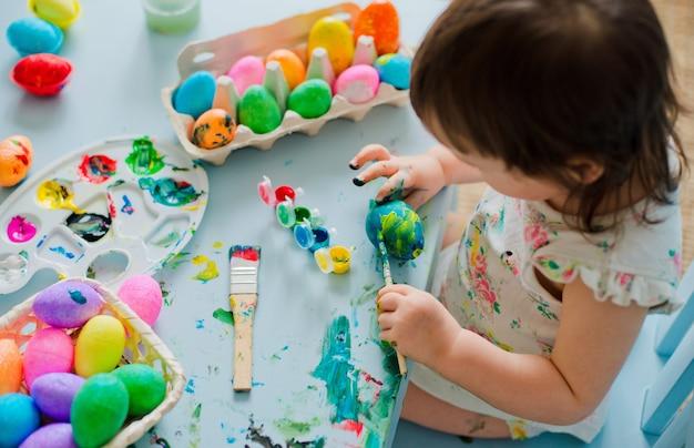 Oeufs de pâques peinture bébé