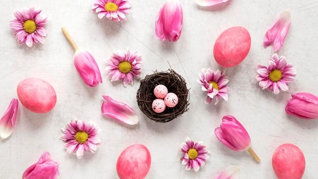 Oeufs de pâques et pétales de fleurs